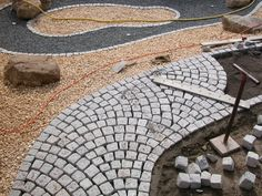 Granitpflaster Path guidance in the hangar association Brick Paving, Paving Stones, Driveway Paving, Stone Pavement, Le Hangar, Paving Pattern, Paving Ideas, Pool Designs, Garden Planning