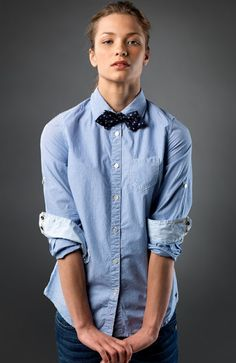 Uniform: denim shirt with conversational print bow tie. Androgynous Women, Androgynous Fashion, Tomboy Fashion, Denim Fashion, Androgyny, Fashion Vest, Tomboy Stil, Restaurant Uniforms, Women Bow Tie
