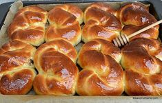 Tavă cu mucenici calzi umpluți cu nucă şi unşi cu miere. Vezi poza 2 cu secțiunea 🌻 #savoriurbane #mucenici  ____❤🌻🌱____ Rețeta la linkul de pe profilul meu @oanaigretiu  ____🌱❤🌻____ #traditii #sfintisori #mucenicimoldovenesti #nuca #umpluti #miere #romaniancuisine #traditional #honey #walnuts #brioche #instadessert #onmytable Pastry And Bakery, Pastry Cake, Frosting Techniques, Romanian Food, Romanian Recipes, Snacks, Pavlova, Nutella, Deserts