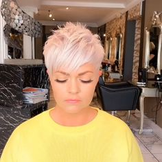 Today we have the most stylish 86 Cute Short Pixie Haircuts. We claim that you have never seen such elegant and eye-catching short hairstyles before. Pixie haircut, of course, offers a lot of options for the hair of the ladies'… Continue Reading → Short Platinum Blonde Hair, Edgy Short Hair, Super Short Hair, Short Hair Older Women, Short Hair With Bangs, Funky Short Hair Styles, Pixie Cut With Undercut, Choppy Pixie Cut, Platinum Blonde Pixie