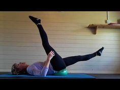 One-arm rise are a versatile bodyweight exercise. They're fantastic for fat loss, enhancing cardiovascular physical fitness and enhancing the body. Learn how to do One-arm push ups with this workout video. Pilates Barre, Pilates Video, Pilates Reformer, Pilates Workout, Barre Body, Barre Workouts, Abs Workout Video, Dumbbell Workout, Tutorials