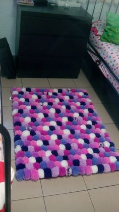 pom pom rug e it. Hobbies And Crafts, Diy And Crafts, Crafts For Kids, Arts And Crafts, Pom Pom Crafts, Yarn Crafts, Diy Pom Pom Rug, Diy Tapis, Craft Projects