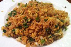 אורז מטוגן עם ביצה, בצל ירוק וסויה