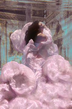 Drowning Princess (by Jvdas Berra) [underwater photography] Boujee Aesthetic, Angel Aesthetic, Aesthetic Vintage, Aesthetic Photo, Aesthetic Pictures, Aesthetic Drawing, Aesthetic Painting, Aesthetic Collage, Aesthetic Videos