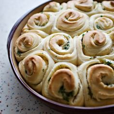 These garlic rolls are a hybrid between two of my absolute favorite treats. Cinnamon rolls and garlic bread. Tortillas, Garlic Rolls, Garlic Bread, Garlic Butter, Garlic Knots, Bread Recipes, Baking Recipes, Thermomix Bread, Rolls Recipe
