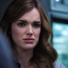 Elizabeth Henstridge as Jemma Simmons in Marvel's Agent of S. with her hair a bit more red and her eyes a lot more blue, I think she would make a FAB Rynnaia. Marvel Girls, Marvel Avengers, Hair A, Her Hair, Shield Cast, Elizabeth Henstridge, Grant Ward, I Understood That Reference, Fitz And Simmons