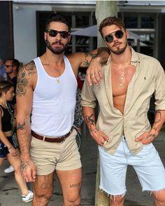 Slika može sadržavati: 4 ljudi, ljudi stoje, sunčane naočale i brada Summer Outfits Men, Short Outfits, Boy Fashion, Mens Fashion, Fashion Outfits, Look Man, Masculine Style, Hommes Sexy, Mens Style Guide