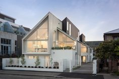 Salisbury Street townhouses by Warren and Mahoney Villa Design, Facade Design, Roof Design, Exterior Design, Roof Architecture, Minimalist Architecture, Residential Architecture, Contemporary Architecture, Facade House