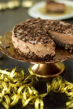 Suklaamoussekakku on nopeasti valmistuva pakastekakku. Jos joulun tai uuden vuoden jälkiruoka on vielä hakusessa, niin voin suositella tätä suklaamoussekakkua mantelipohjalla. Muutaman aineksen kakku valmistuu naurettavan helposti, mutta maistuu taivaalliselle.