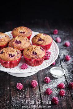 Muffins cu zmeura, pufosi si delciosi. Puteti folosi atat zmeura proaspata cat si congelata. In loc de zmeura se pot folosi caise, capsuni, piersici.