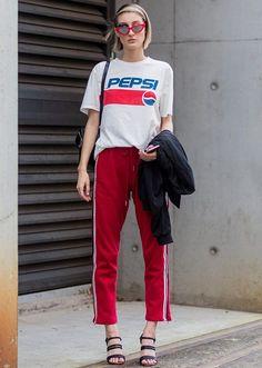 Guía de estilo de la calle para que desgasta una chaqueta en el verano-Pepsi camiseta y chaqueta Negro con Red Pantalones largos