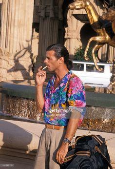 Rob Stewart, neben den Dreharbeiten zur RTL-TV- Serie 'Tropical Heat', Folge 'Heiße Kugeln', 'Sun City'/Süd-Afrika, Südafrika, , vor dem Hotel 'Palace', Tier-Springbrunnen, Tasche, Zigarette, rauchen, Schauspieler, Promis, Prominente, Prominenter, HD,