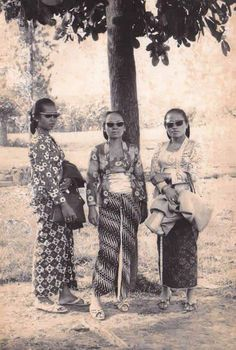 seldom took group photos sometimes only wishing uols a prosperous 2020 year Vintage Pictures, Old Pictures, Old Photos, Indonesian Women, Indonesian Art, Kebaya, Dutch East Indies, Javanese, Asian History