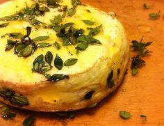 Camembert com azeite, mel e tomilho