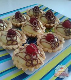Finom kosárkák Hungarian Cake, Hungarian Recipes, Eastern European Recipes, Waffles, Vanilla, Pudding, Cupcakes, Candy, Cookies