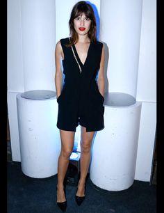 #Jeanne #Damas #look #classique #chic : lèvres rouges et tenue noire (décolté en v ajouré + chaussures noires très féminines )