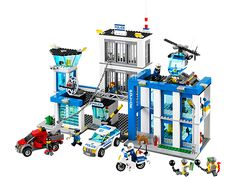 Catch the crooks breaking out of LEGO® City Police Station! (For Boy #2)
