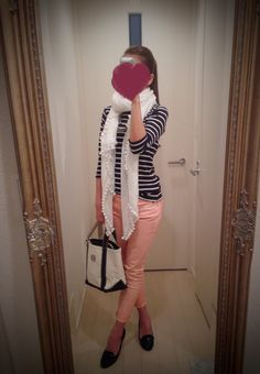 Black & white striped shirt, pink skinny pants, white scarf, white bag, black pumps - http://ameblo.jp/nyprtkifml