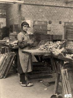 Handvulster in de luciferfabriek. * Girl in match factory