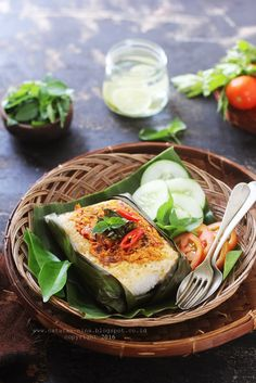 Indonesian Food Indonesian cuisine is one of the most vibrant and colourful cuisines in the world, full of intense flavour. Nasi Bakar, Indonesian Food, Indonesian Recipes, Malay Food, Malaysian Food, Exotic Food, Asian Cooking, Food Design, Cafe Design