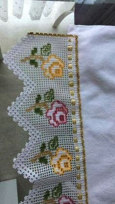 Lovely filet crochet with color accents and a woven ribbon. Crochet Lace Edging, Crochet Borders, Cotton Crochet, Crochet Doilies, Easy Crochet, Crochet Flowers, Crochet Stitches, Knit Crochet, Crochet Curtains