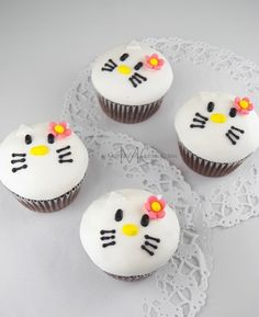 Cupcakes Kitty, hello kitty cupcakes @ Mari's Cakes