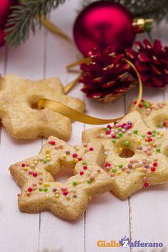 Le stelle di #Natale (Christmas star cookies) sono i classici biscotti col buco da appendere all'albero o da servire con una bella tazza di tè. #ricetta #GialloZafferano #Christmas #italianfood http://speciali.giallozafferano.it/decorazioni-speciali