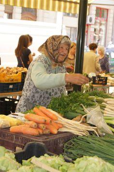 precious hungarian woman at the saturday market dat is het hongarije waar ik van hou