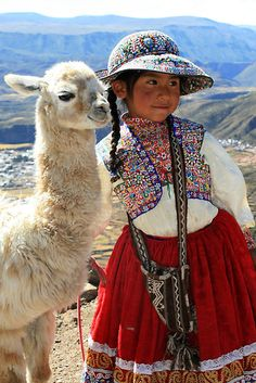 Peruvian Girl by Rory Skopek Kids Around The World, People Around The World, Images Lama, Beautiful World, Beautiful People, Arte Latina, Costume Ethnique, Tier Fotos, World Cultures