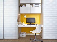 Elegancie, nowoczesne rozwiązanie zbiurkiem wstawionym wewnękę między szafami. Mocny kolor ściany jest tłem dla biurka iszafek nadnim, porządkuje wnękę inadaje miejscu przyjazny, ciepły charakter.     Szafy PAX zprzesuwanymi drzwiami INNFJORDEN zbiałego dekorowanego szkła. Biurko ALEX (131x60 cm) ikrzesło obrotowe SNILLE. Lampa biurkowa LED TISDAG. Nadbiurkiem szafki ścienne BESTÅ (120x40x38 cm) zbiałymi drzwiami VARA.
