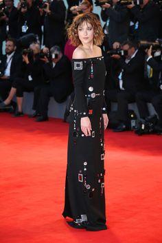 Dakota Johnson, con vestido negro de inspiración arty con detalles joya y hombros al descubierto, de Marc Jacobs.