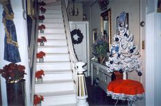inside Graceland Mansion--The house was built in 1870 and this is the original staircase. Graceland Mansion, Elvis Presley Graceland, Elvis And Priscilla, Blue Christmas, Merry Christmas, Memphis Tennessee, Christmas Wonderland, King Of Kings, Beautiful Voice