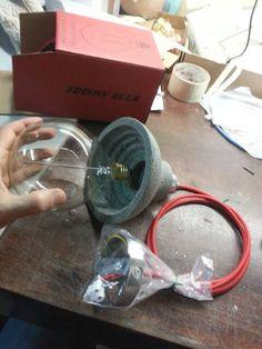 Eine saubere minimalistischem Design, das den rohen Look des Betons unterstreichen. leichte konkrete Speziallampe. meine konkrete Lampe ist viel leichter dann Beton in der Regel ist. Maße: Höhe: 15cm/5,9 Durchmesser: 15cm/5,9 Draht/Kabellänge: 1,5 m/59 E27 / max. 110-230 v, max.. 100 Zum Lieferumfang gehören: Konkrete Lampe(n) Farbe Kabel für Wahl. Montage auf der Schnur Decke Ende montiert. LEUCHTMITTEL NICHT IM LIEFERUMFANG ENTHALTEN. Zoll & Steuern Zoll...