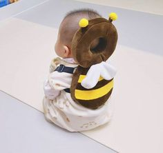 This Bee Shaped Baby Backpack Protects Babies Heads If They Fall Over Bienenförmiger Baby-Kopfschutz-Rucksack Unique Gifts (Visited 3 times, 1 visits today) So Cute Baby, Baby Kind, Cute Kids, Cute Babies, Baby Kostüm, Baby Set, Baby Rucksack, Cute Baby Pictures, Baby Costumes