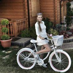 Echamos de menos al sol y la primavera  La bicicleta GLORIA con personalizadas llantas en color rosa  Disponible en nuestra tienda FavoriteBike ⭐