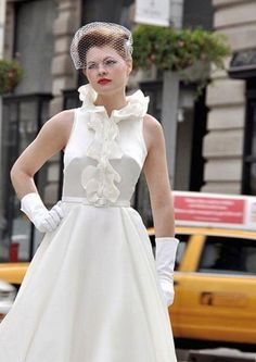 Vestido de novia con volnate, desde la cintura al cuello, sello distintivo del estilo vintage