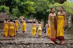 In Tenganan, een rustig dorp op nog geen kwartier noordwaarts rijden vanaf Candidasa, wonen de 'Bali Aga', oorspronkelijke inwoners die nog grotendeels volgens oude animistische religie leven en veelal authentieke ambachten uitoefenen. Tenganan ligt idyllisch tegen een helling in het tropisch regenwoud in Oost-Bali en het gehele dorp is ommuurd, waardoor het een soort fort is.