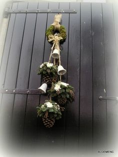 Pine cone hanging decorations for Christmas Lauren B. Montana deurdecoratie; dennenappels en klokjes