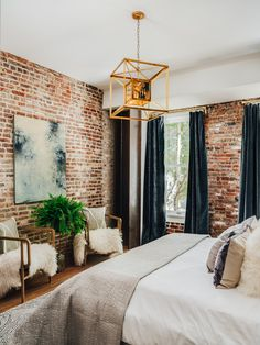 53 Gorgeous Exposed Brick Wall Ideas For Interior Home Design - If your guest room includes a brick wall as one of its architectural features, there are ways of beautifully accessorizing and complementing the overa. Brick Interior, Interior Design, Brick Wall Bedroom, Brick Wallpaper Bedroom, Brick Wall Decor, Brick Room, Industrial Bedroom Design, Industrial Curtains, Industrial Lamps
