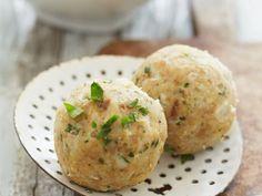 Semmelknödel ist ein Rezept mit frischen Zutaten aus der Kategorie Gemüse. Probieren Sie dieses und weitere Rezepte von EAT SMARTER!