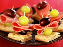 Lammerull på pepperlefse med drue Caramel Apples, Fruit, Desserts, Food, Tailgate Desserts, Deserts, Essen, Postres, Meals