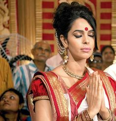 Mallika Sherawat in Kolkata dressed up in the traditional red and white Bengali sari to visit a Durga Puja pandal. #Bollywood #Fashion #Style #Beauty