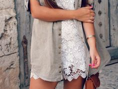 Street style: lace jumpsuit + militar shirt + white sneakers