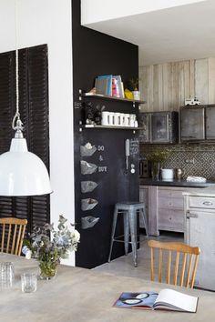Eine Schultafel-Wand ist eine super Idee für eine freie Wand in der Küche