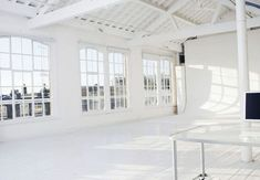 It would be so amazing to have a big bright airy studio like this! The natural light and high ceilings are perfect. Who wouldn't want this art studio? Studio Build, Loft Studio, Dream Studio, Studio Setup, Studio Lighting, Dance Studio Design, Photography Studio Spaces, Studio Interior, Interior Design