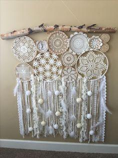 Source by onecrazygigi Doily Dream Catchers, Dream Catcher Craft, Dream Catcher Boho, Doilies Crafts, Lace Doilies, Crochet Dreamcatcher, Diy Home Decor Bedroom, Bedroom Wall, Creation Deco