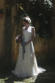 SECRET GARDEN - A MODISTA featured at Bella Noivas Magazine I AUDREY HEPBURN dress + Silk belt + Silk flowers demi-crown from A MODISTA + Fresh bouquet from Vanessa Oz Flores I Groom from João Pimenta I PHOTO Gleeson Paulino