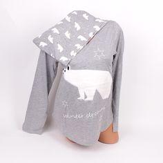 Памучна дамска пижама с красива 3D апликация на бяла мечка в предната част. Горното е с дълъг ръкав и обло деколте като отпред и отзад е леко удължено. Долното е дълъг панталон с връзка на талията