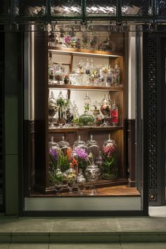 Azuma Makoto is a florist who converts the inherent mystery of flowers and plants into artistic expressions with Ikebana, an ancient Japanese art of flower arranging. Terrarium Shop, Terrariums, Boutiques, Azuma Makoto, Hermes Window, Store Window Displays, Display Windows, Perfume Display, Visual Display