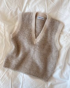 Friday Slipover V-neck – PetiteKnit Knit Vest Pattern, Neck Pattern, Mode Streetwear, Aesthetic Fashion, Diy Clothes, Knitwear, Knitting Patterns, Knit Crochet, Cool Outfits